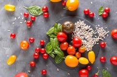 Tomates de différentes variétés Fond coloré de tomates de tomates Concept sain de nourriture de tomates fraîches Photographie stock