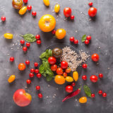 Tomates de diversas variedades Fondo colorido de los tomates de los tomates Imagen de archivo