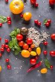 Tomates de diversas variedades Fondo colorido de los tomates de los tomates Fotografía de archivo libre de regalías