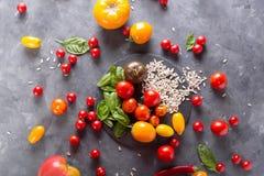 Tomates de diversas variedades Fondo colorido de los tomates de los tomates Foto de archivo libre de regalías