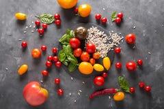 Tomates de diversas variedades Fondo colorido de los tomates de los tomates Concepto sano de la comida de los tomates frescos Fotografía de archivo