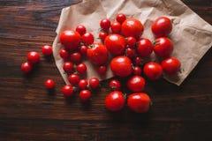 Tomates de diversas variedades Fondo rojo de los tomates de los tomates Imagen de archivo libre de regalías