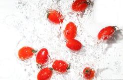 Tomates de raisin dans l'eau photo libre de droits