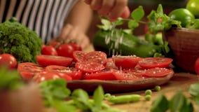 Tomates de rouge de sel de main banque de vidéos