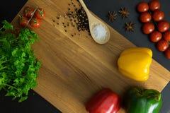 Tomates del perejil y pimientas amarillas verdes rojas Imagen de archivo
