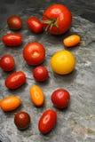 Tomates del relevo en pizarra Fotografía de archivo
