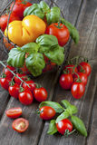 Tomates deliciosos coloridos frescos em uma tabela de madeira velha Fotos de Stock Royalty Free