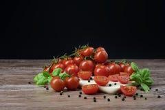 Tomates dispersados en la tabla de madera Foto de archivo libre de regalías