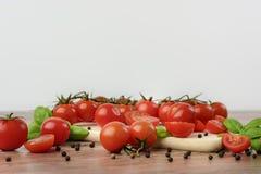 Tomates dispersados en la tabla de madera Imágenes de archivo libres de regalías