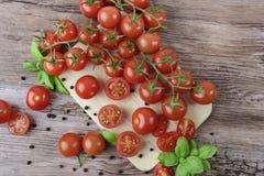 Tomates dispersados en la tabla de madera Fotografía de archivo libre de regalías