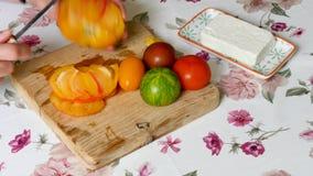 Tomates do corte em uma cozinha vídeos de arquivo