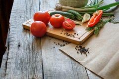 tomates dos legumes frescos, pepino, pimentas de pimentão, aneto no fundo de madeira Fotografia de Stock