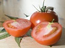 Tomates durante la preparación de la ensalada. Imagenes de archivo