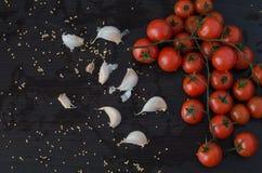 Tomates e alho no lado Foto de Stock Royalty Free