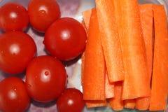 Tomates e cenouras saudáveis do café da manhã imagem de stock