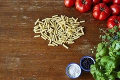 Tomates e ervas da massa de Fusilli fotos de stock royalty free