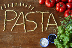 Tomates e ervas da massa de Fusilli fotografia de stock royalty free
