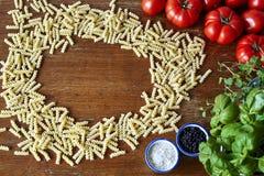 Tomates e ervas da massa de Fusilli fotos de stock