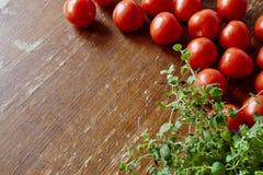 Tomates e ervas na cozinha Fotografia de Stock Royalty Free
