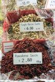 Tomates e fungos secos em um mercado italiano fotografia de stock royalty free