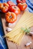 Tomates e massa italianos coloridos fotografia de stock