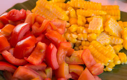 tomates e milho dos frutos imagem de stock