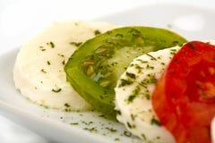 Tomates e mozzarella cortados Fotografia de Stock Royalty Free
