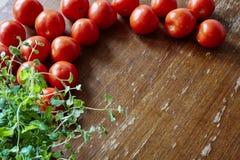 Tomates e oréganos frescos na cozinha fotos de stock