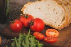 Tomates e pão vermelhos maduros Foto de Stock Royalty Free