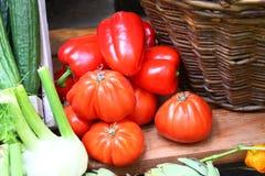 Tomates e paprika grandes com cubeta de madeira e outros vegetais na tabela Imagem de Stock Royalty Free