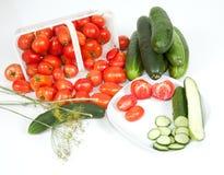 Tomates e pepino cortados em uma placa Imagem de Stock Royalty Free