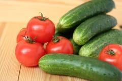 Tomates e pepinos imagem de stock