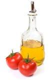 Tomates e petróleo verde-oliva isolados Foto de Stock Royalty Free