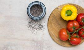 Tomates e pimenta amarela na madeira imagens de stock royalty free