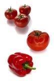Tomates e pimentas isolados no fundo branco Fotografia de Stock Royalty Free