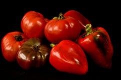 Tomates e pimentas orgânicos da herança imagens de stock royalty free