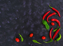 Tomates e pimento maduros frescos de cereja em um fundo escuro Vista superior Imagem de Stock Royalty Free