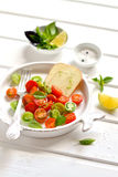 Tomates e queijo frescos em uma placa do vintage fotografia de stock
