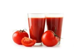 Tomates e suco de tomate vermelhos frescos no vidro isolado em um branco Fotos de Stock Royalty Free