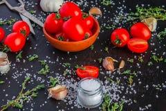 Tomates em um prato em um fundo preto imagem de stock royalty free