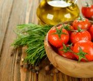 Tomates em uma bacia Imagens de Stock Royalty Free