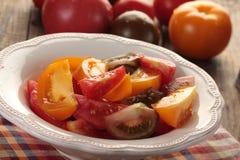 Tomates em uma bacia Fotos de Stock Royalty Free
