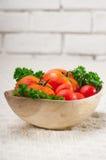 Tomates em uma bacia de madeira Fotografia de Stock Royalty Free