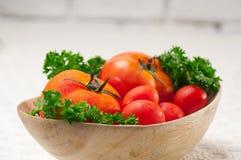Tomates em uma bacia de madeira Fotografia de Stock