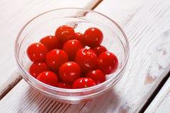 Tomates em uma bacia de vidro Fotos de Stock Royalty Free