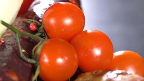 Tomates em uma placa com salsicha filme
