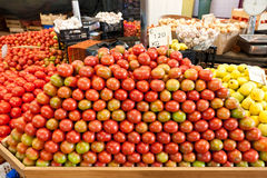 Tomates empilados en un mercado Foto de archivo libre de regalías