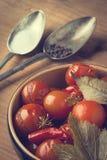 Tomates en boîte dans un plat en céramique photographie stock