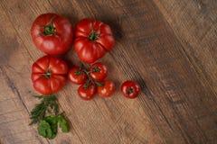 Tomates en el fondo de madera Fotografía de archivo libre de regalías