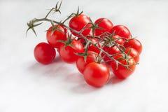 Tomates en la tabla blanca Fotografía de archivo